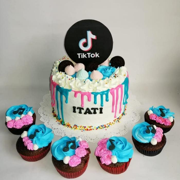 schokoladen cupcakes zu vanilletorte farbenfrohe dekoration teenager tiktok torte zum geburtstag inspiration