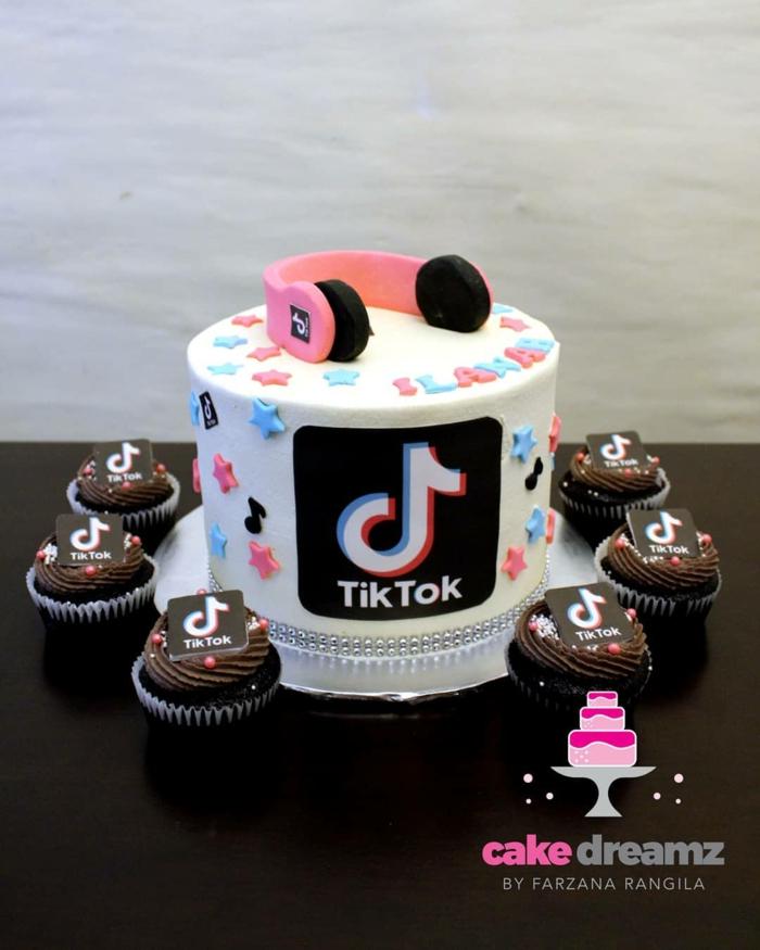 schokoladenmuffins torte zum 18 geburtstag ideen tiktok inspiration vanille kuchen bunte dekoration pinke kopfhörer deko