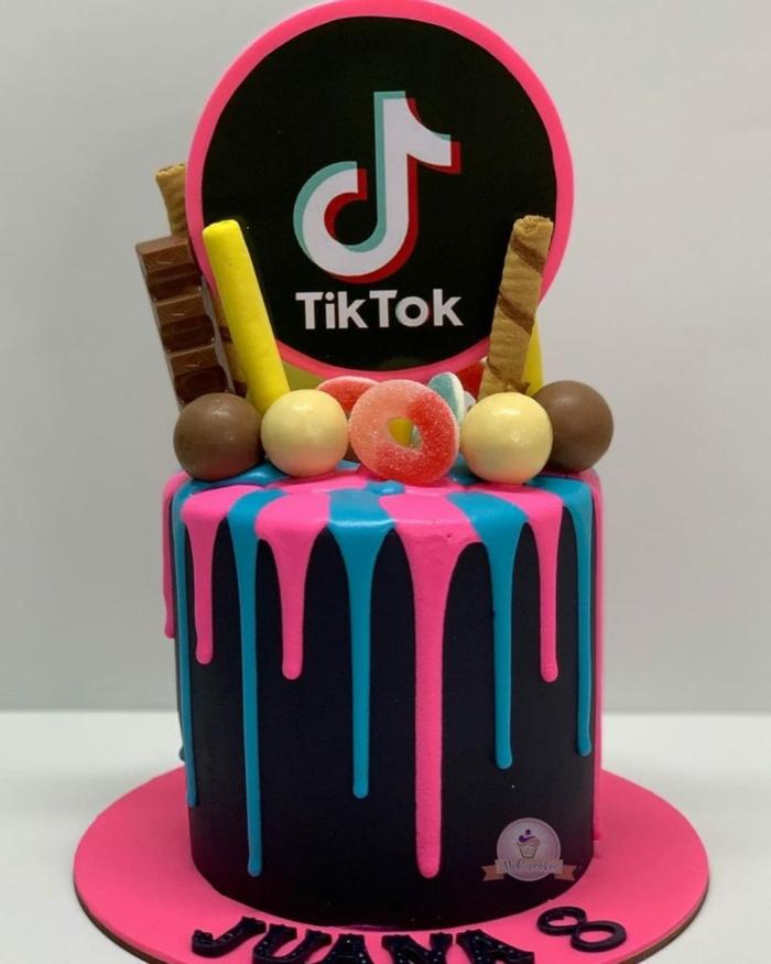 schwarze torte pinke blaue glasur schokowaffeln dekoration tiktok geburtstagstorte inspiration 8 geburtstag