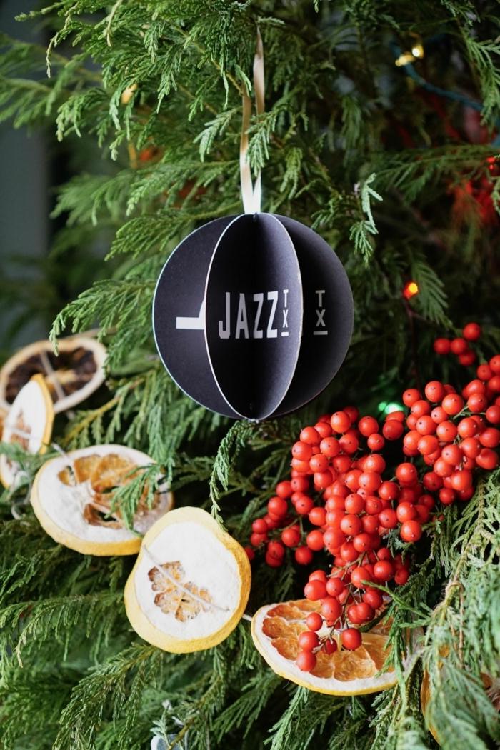 schwarze weihnachtskugel selber machen weihnachtsbaum schmücken kreative ideen trocken früchte deko