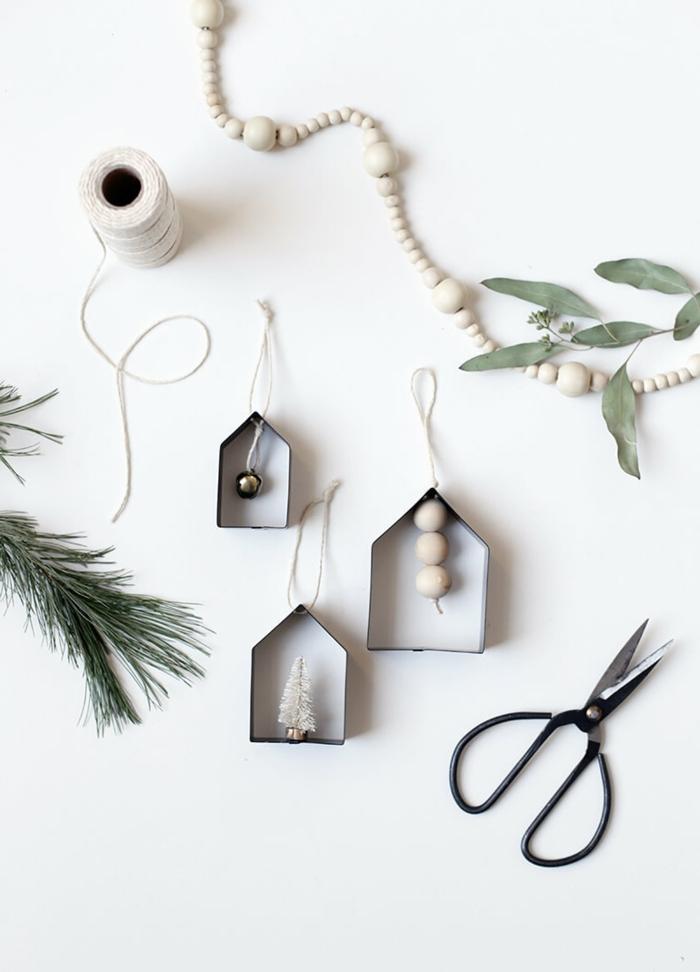 skandinavische minimalistische weihnachtsornamente kleine häuser mit glocke und tannenbaum weihnachtsbaum schmücken kreativ