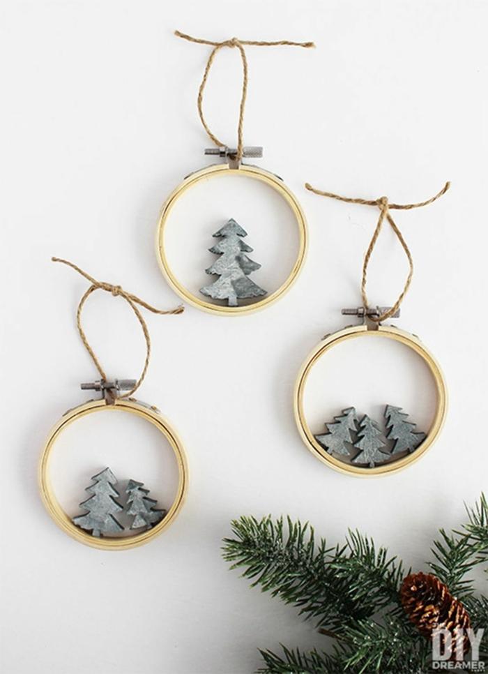 skandinavische weihnachtsdekoration runde ornamente mit kleinen tannenbäumen christbaum schmücken beispiele