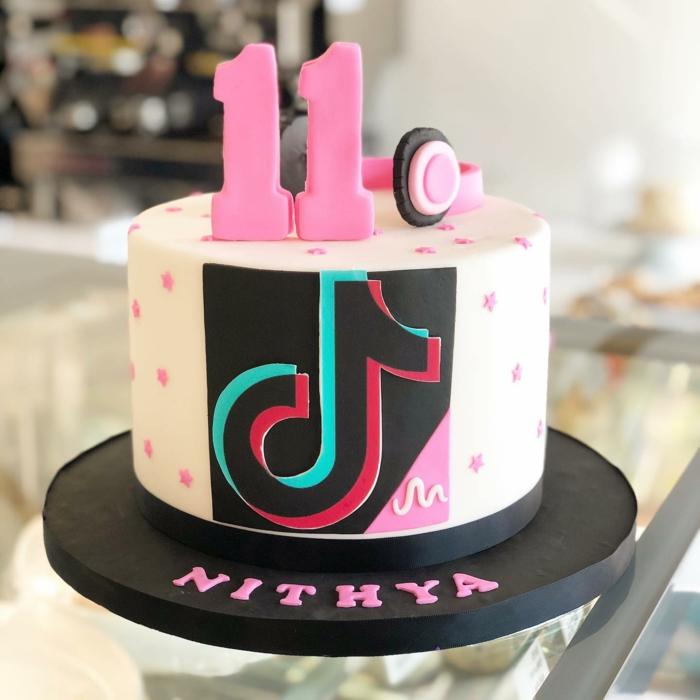 social media kuchen geburtstag 11 tiktok torte inspiration vanille dekoration pinke punkte kopfhörer
