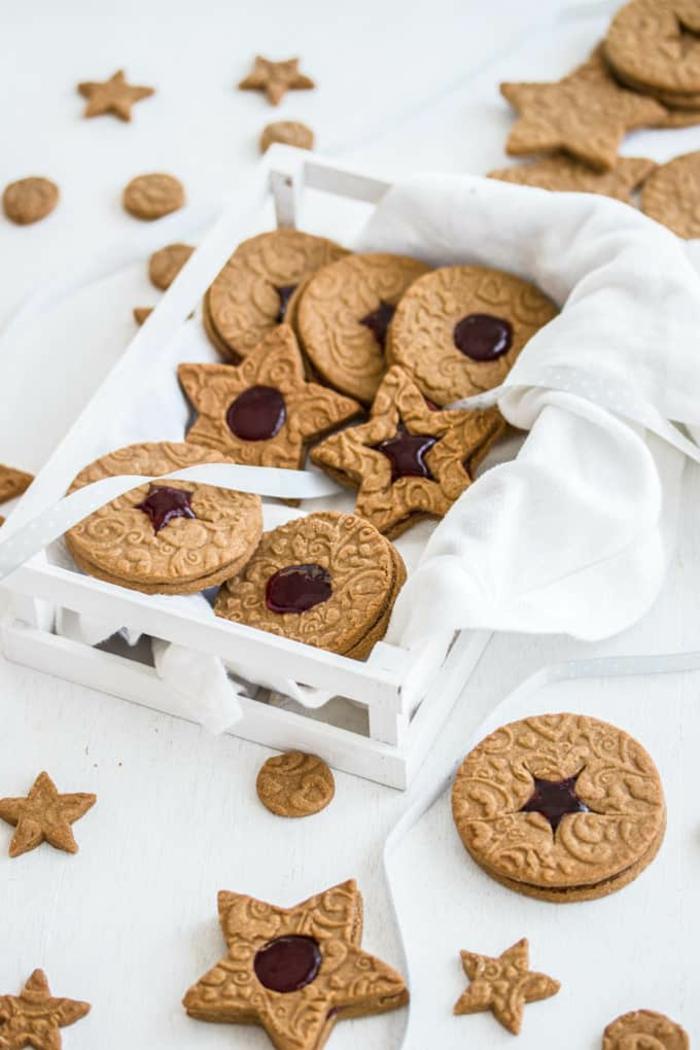 spekulatius gefüllt mit marmelade rezept beste weihnachtsplätzchen backen verschiedene formen runde kekse und in sternform