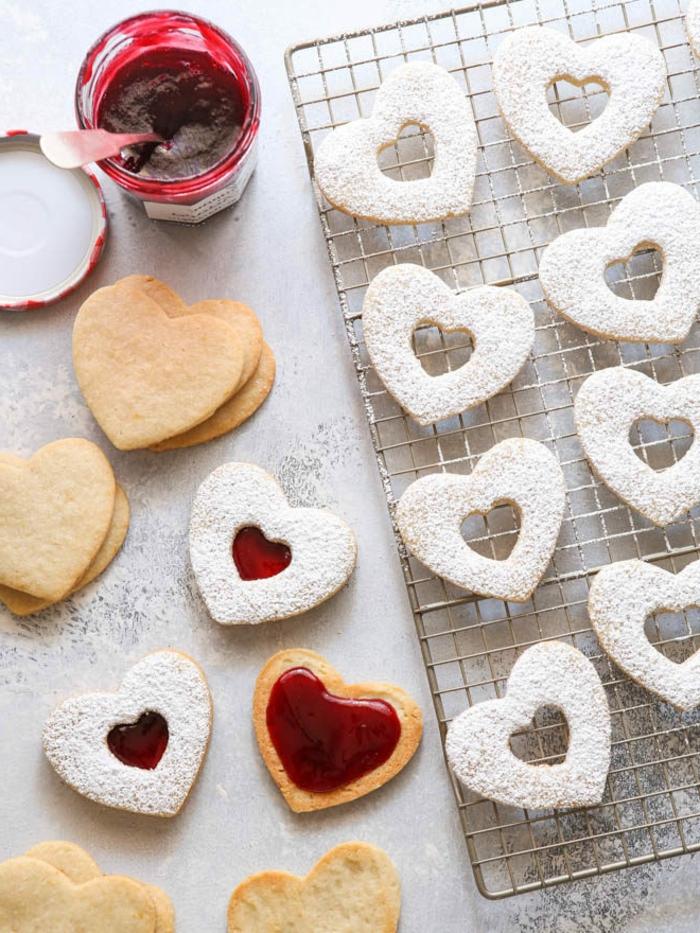spitzbuben mit mandeln und himbeermarmelade konservglas mit marmelade grillrost mit kekse in herzform leckere ideen für weihnachten