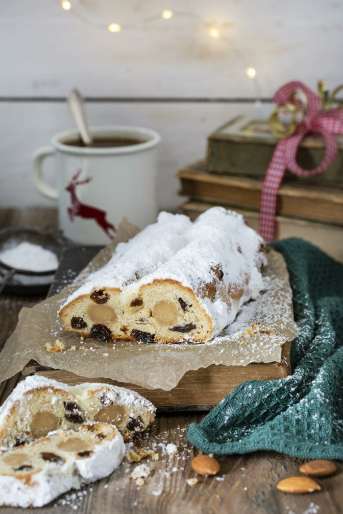 tasse mit tee einfache weihnachtsgebäck rezepte ein brett aus holz ein früchtebrot mit pudrzucker rezept