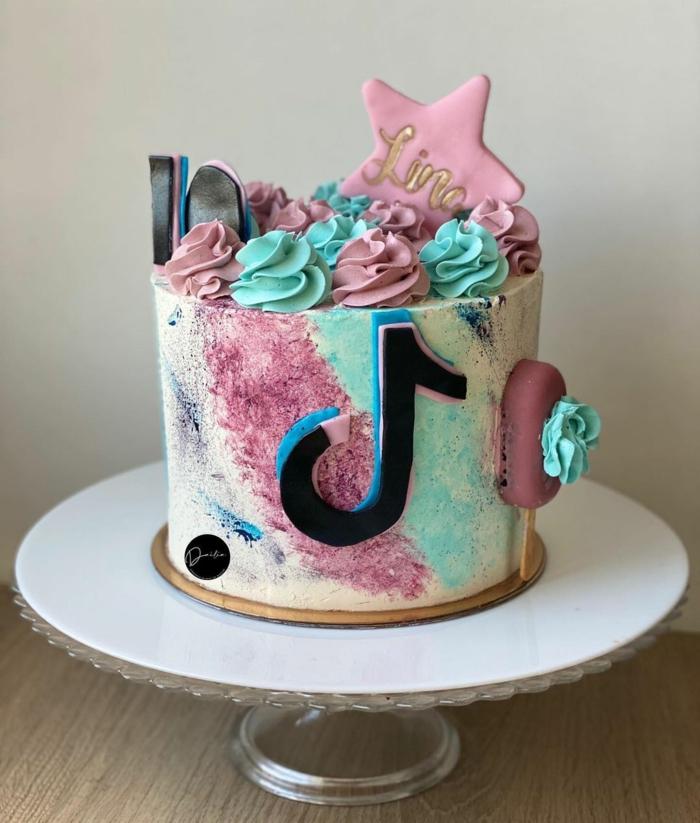 teenager mädchen geburtstag tiktok kuchen bunte dekorierte geburtstagstorte großer stern blau pinke glasur social media inspo geburtstag
