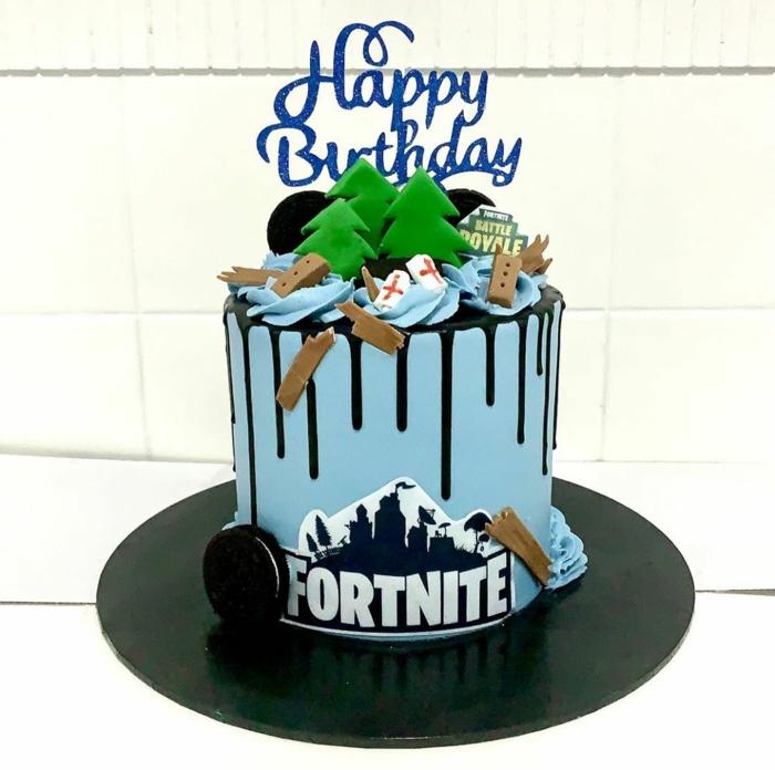 teenager party zum geburtstag happy birthday tortenaufleger blaue torte schwarze dekoration tannebäume figuren fortnite tortendeko