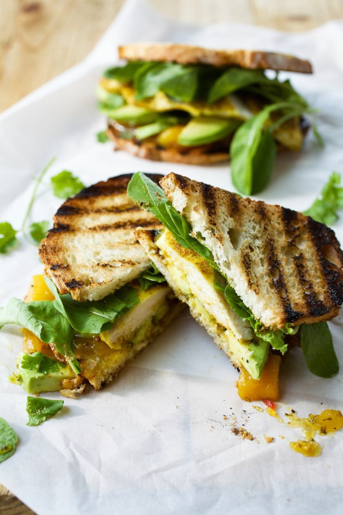teller mit drei stullen toasten abendbrot ideen mit salat und avocado