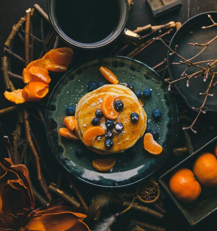 teller mit kleinen pfannkuchen orangen mandarinen und blaubeeren rezepte kuchen
