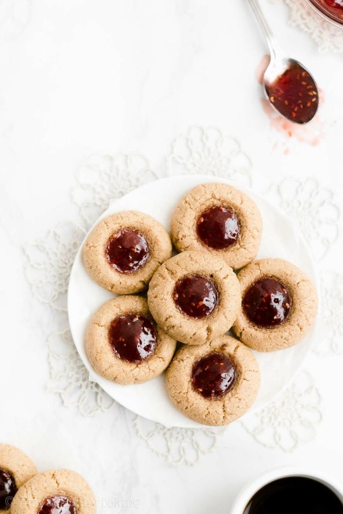 teller mit weihnachtgebäck selber machen engelsaugen plätzchen rezepte mit marmelade zu weihnachten backen leckere desserts