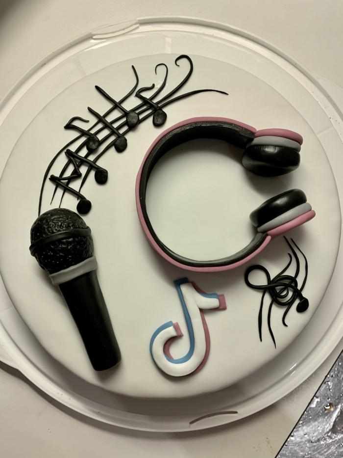 tiktok torte zum geburtstag vanille kuchen mit dekoration kopfhörer noten mikrofon ideen inspiration