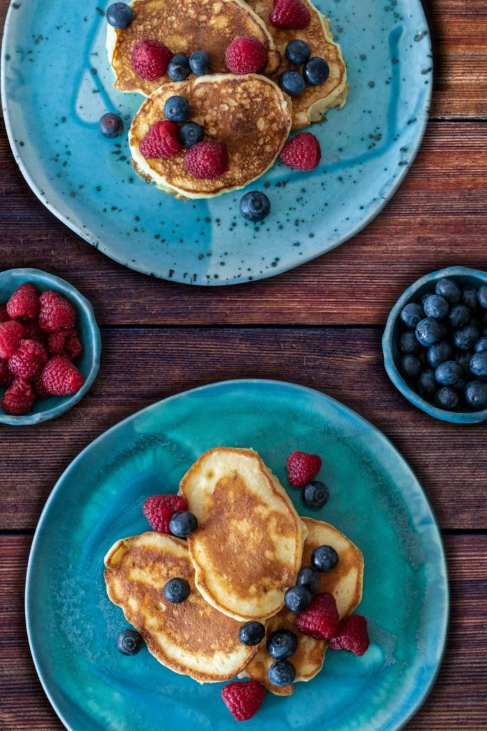 tisch aus holz blaubeeren und himbeeren gefüllte vegane pfannkuchen rezept