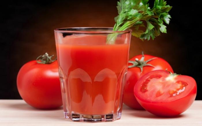 tomatensaft ein glas geschnittene tomaten gesunde gemüse