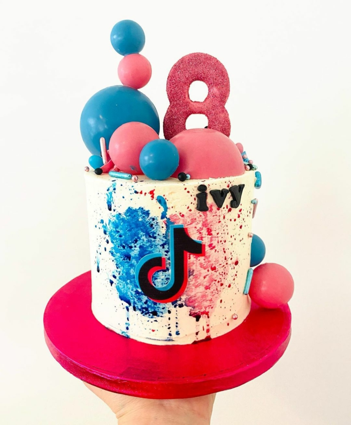 vanille torte geburtstag bunte dekoration pinke blaue kugel geburtstagstorte tiktok torte style moderne ideen geburtstagsparty