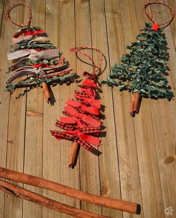 verschiedene weihnachtsornamenre roten bunte grüne tannenbäume aus zimtstangen weihnachtsbaum modern