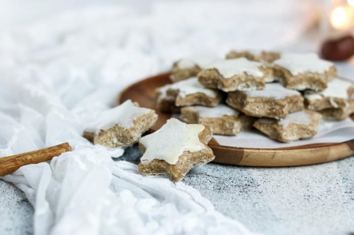 viele kleine weiße zimtsterne und ein holzbrett rezepte für kleine plätzchen eine weiße decke einfache weihnachtsgebäck rezepte