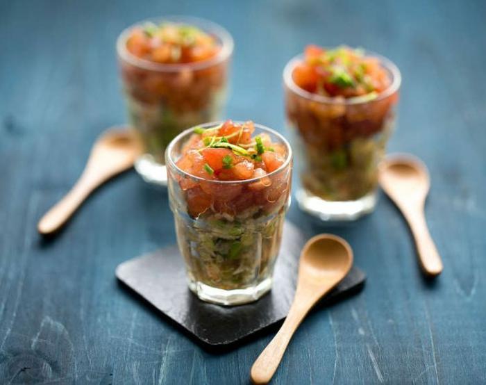 vorspeise weihnachten im glas weihnachtsmenü rezepte tomaten käasecreme und spinat im glas