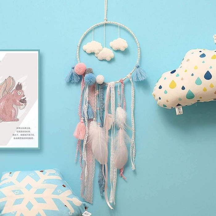 wandfarbe himmelblau kinderzimmer einrichten traumfänger diy mit deko wolken pinke und blaue farben kreative dekoration wand basteln mit kindern