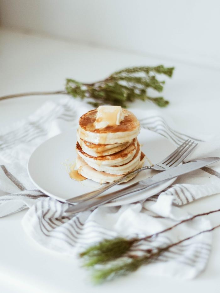 weiße decke und ein weißer teller pfannkuchen vegan braten rezept
