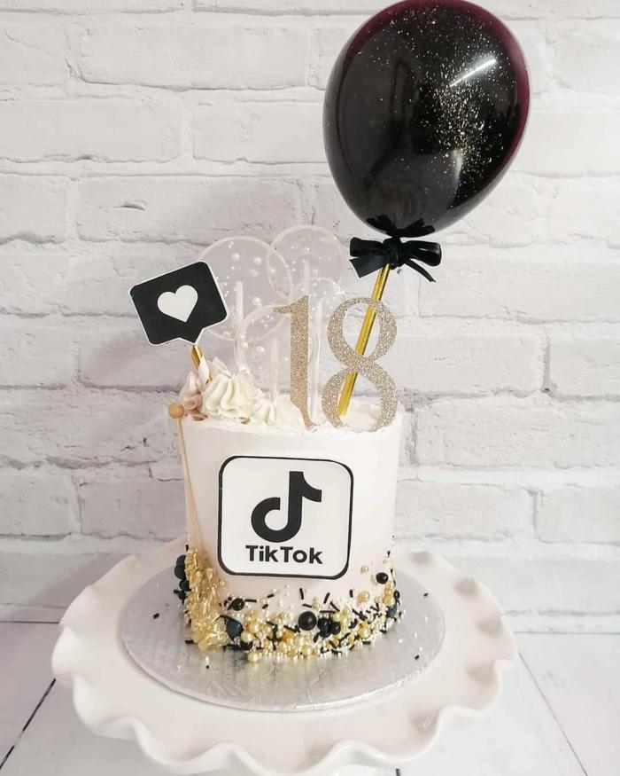 weiße torte zum 18 geburtstag tiktok kuchen vanille schwarzer luftballon schokoladenstreusel dekoration minimalistisch