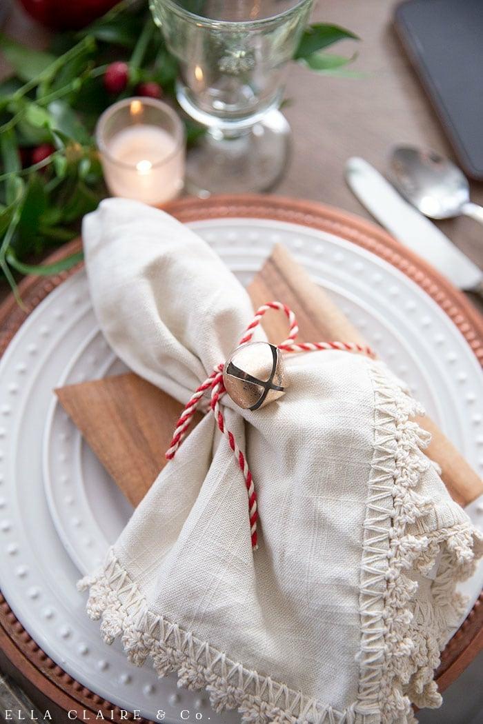 weißer gebundener tuch servietten falten einfach weihnachtsservietten diy dekoration weihnachtstisch inspiration