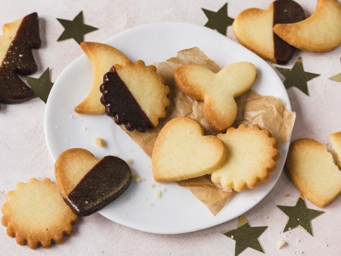 weißer teller mit plätzchen mit schokolade nd mit sternen ideen für weihnachten desserts
