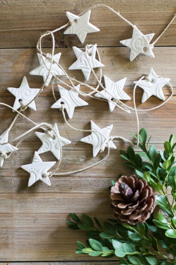 weihnachten dekoration tannenzapfen weihnachtsbaum dekoration kleine sterne aus ton basteln