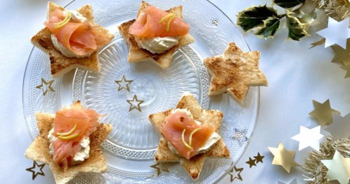 weihnachten einfache vorspeise toast mit lachsfilet auf glasteller sternen form