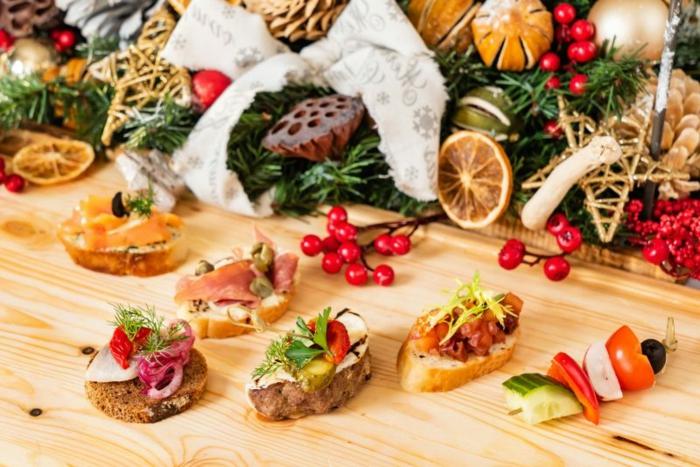 weihnachten fingerfood schnelle vorspeise brotscheiben mit schninken lachs käase festliche vorspeise
