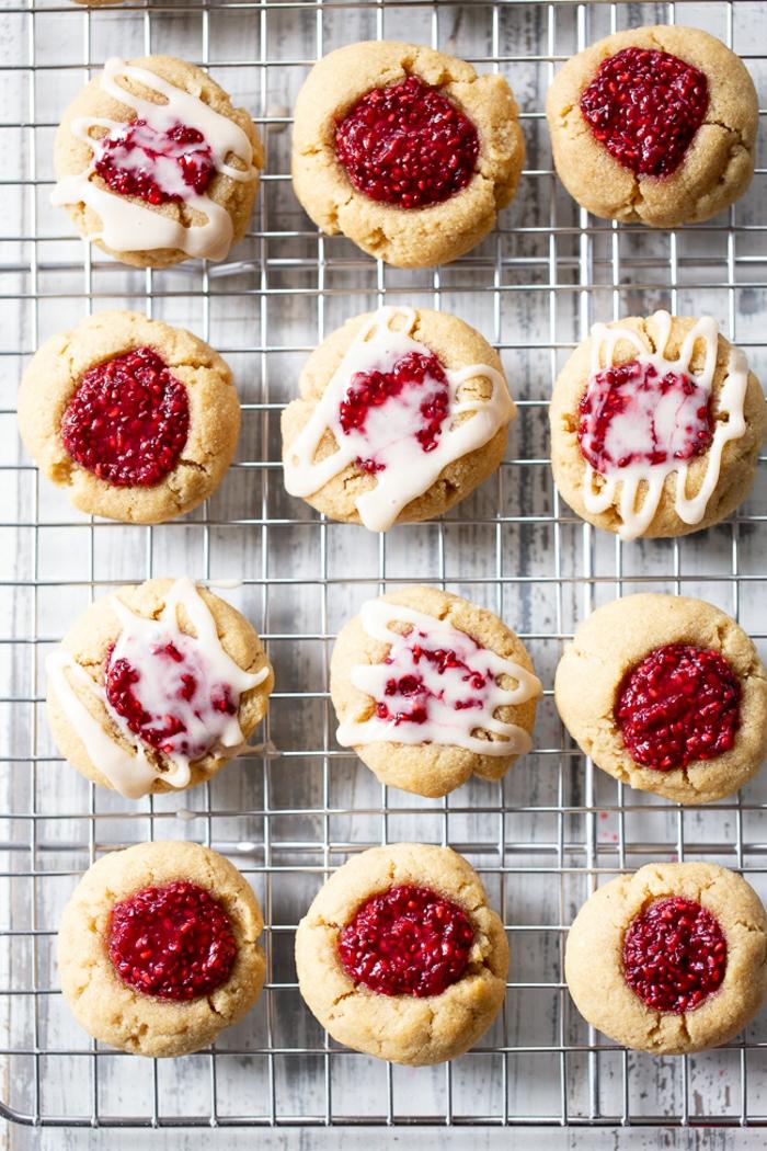 weihnachten kekse pläzchen marmelade auf eine.grillrost leckere weihnachtskekse backen rezepte