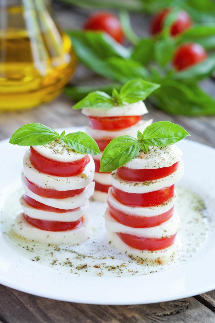 weihnachten vorspeise salat caprese salat tannenbaum tomaten mozzarella weiß teller