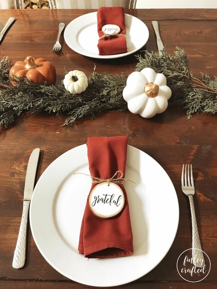 weihnachtliche tischdeko tannenzweige kürbisse servietten falten einfach und schnell papierservietten inspiration deko weihnachten