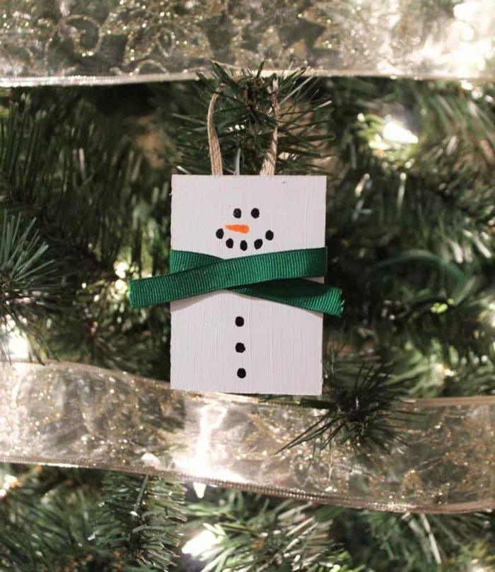 weihnachtsbasteln mit kindern diy schneemann tannenbaum dekorieren einfaches tutorial grüne schleife