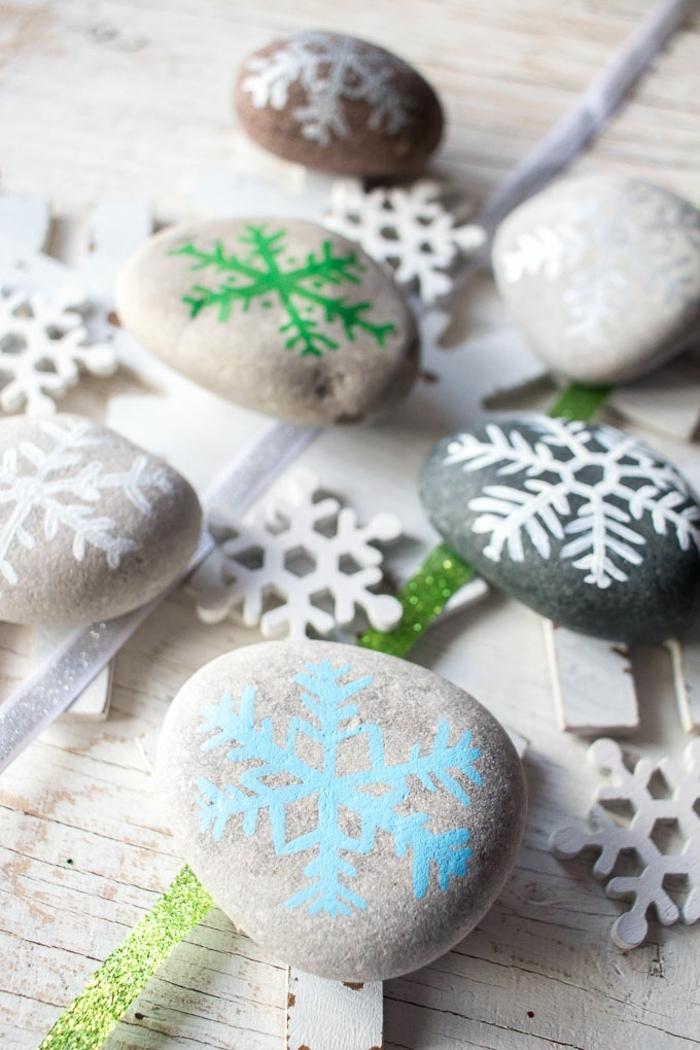 weihnachtsbasteln mit kindern steine bemalen schneeflocken malen diy deko ideen bastelideen