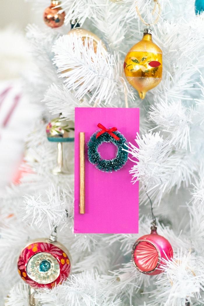 weihnachtsbasteln mit kindern weihanchtsbaum schmücken weißer tannenbaum weihanchtskarte dekoriert mit kleinem kranz