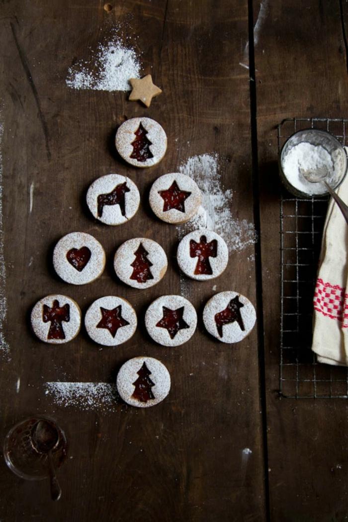 weihnachtsbaum aus weihnachtskekse verschiedene formen engel stern herz reh plätzchen mit marmelade zu weihnachten backen