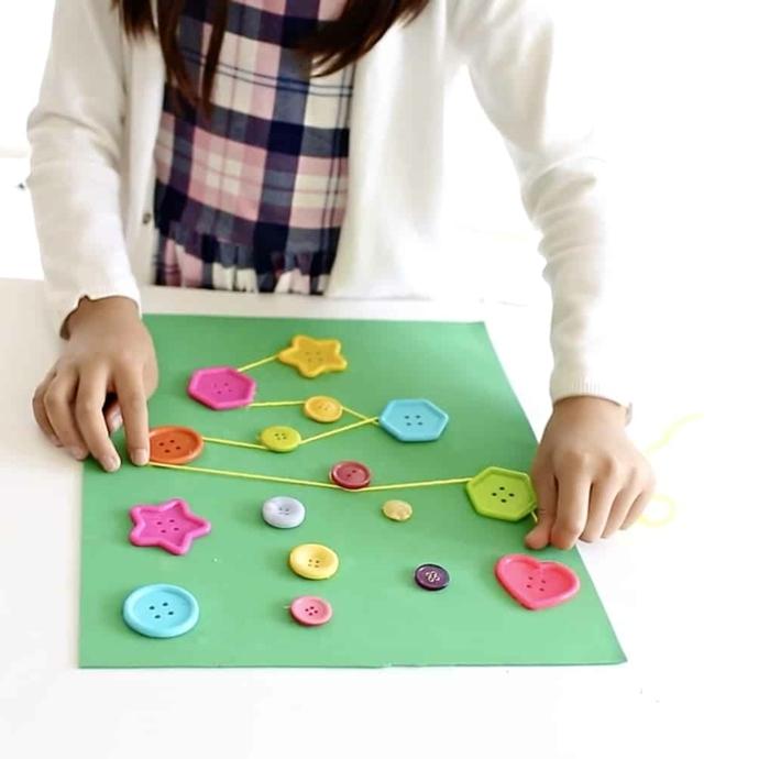 weihnachtskarten basteln kinder diy ideen zu weihnachten bunte knöpfe tannenbaum grünes papier