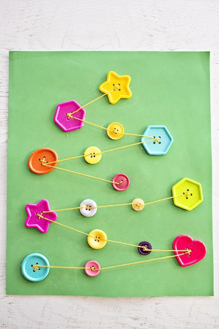 weihnachtskarten basteln kinder karte aus grünem papier dekoriert mit bunten knöpfen und garn