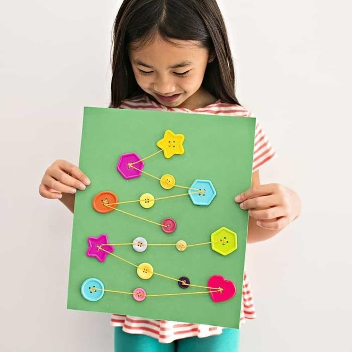 weihnachtskarten basteln kinder kleines mädchen große grüne karte mit tannenbaum aus garn und knöpfen