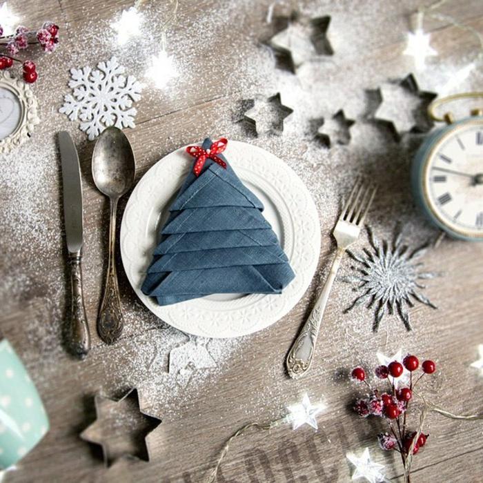 weihnachtskekse backen sterne servietten falten tannenbaum kreative dekoration tisch weihnachten serviette auf weißem teller