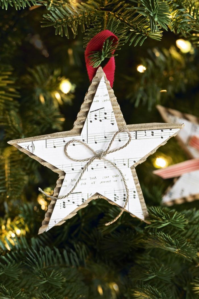 weihnachtsstern ornament notenblatt grüner weihnachtsbaum mit lichtern dekoriert christbaum schmücken beispiel