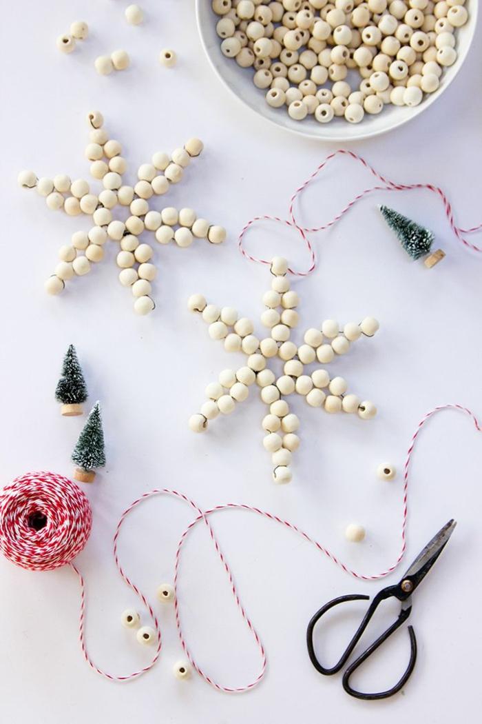 weihnachtssterne aus kugeln basteln diy weihnachtsornamente christbaum schmücken beispiele große schere kleine deko tannenbäume