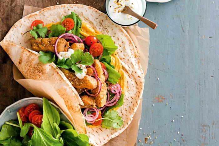 wraps aufrollen gesundes abendbrot ideen eine stulle mit fleisch tomaten und gurken ein löffel