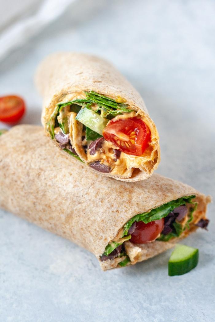 wraps aufrollenzwei stullen mit frischen tomaten und senf und salat