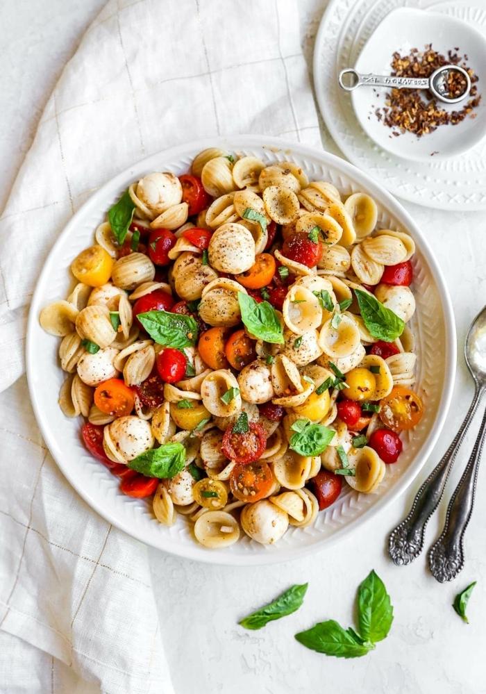 1 schnelle pasta rezepte mittagessen ideen caprese pasta salat mit cherry tomaten mozzarella und basilikum