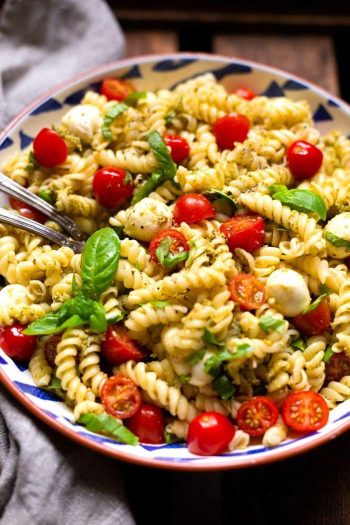 8 schnelle pasta rezepte caprese salat cherry tomaten frischer basilikum mini mozzarella
