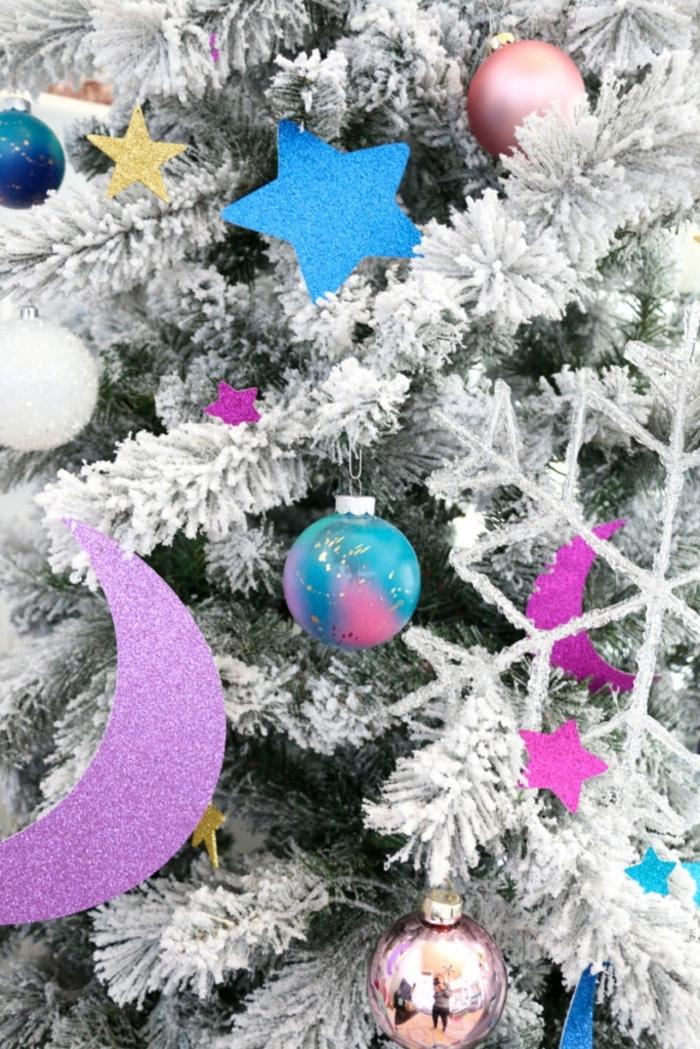 außergewöhliche weihnachtsdeko selber machen christbaumschmuck basteln weißer tannenbaum moderne weihnachtsdekoration selbstgemacht