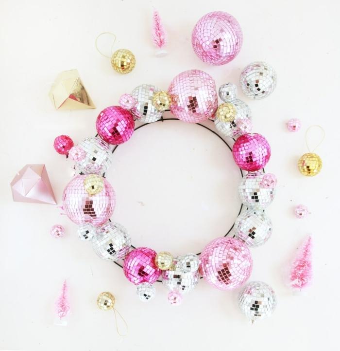außergewöhliche weihnachtsdeko selber machen weihanchtskranz aus diskobällchen kranz in silbern und rosa moderne deko zu weihanchten