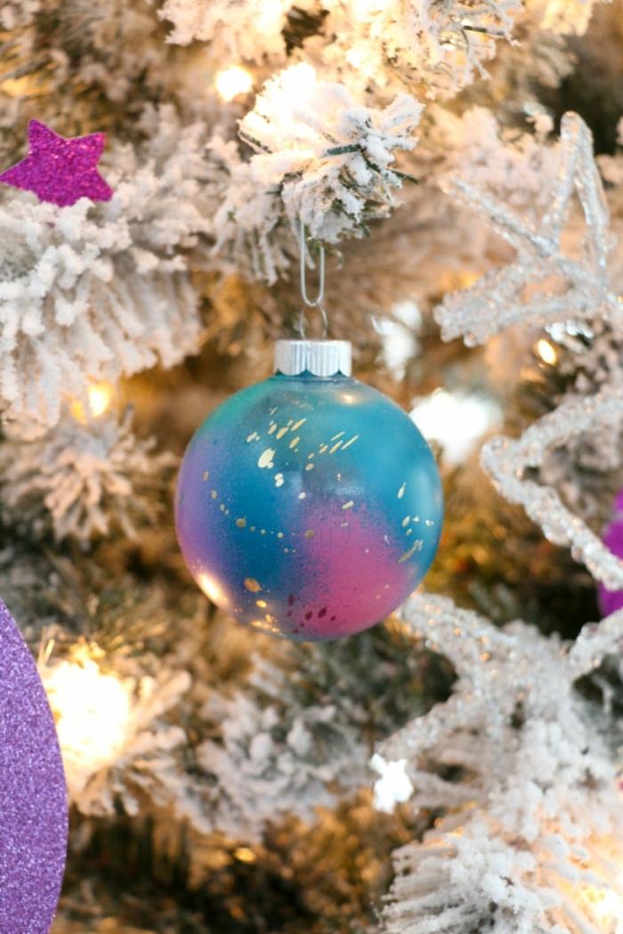 außergewöhliche weihnachtsdeko selber machen weihnachtskugel dekoriert mit sprühfarben kosmos kugel moderne tanennbaumdeko